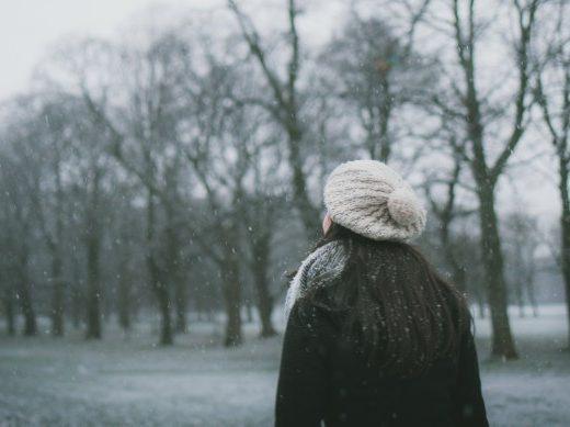 Frau am spazieren